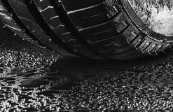 Neumáticos de coche económicos en combustible del verano con las gotitas de agua foto de archivo