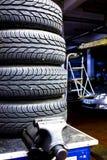 Neumáticos de coche empilados Imagenes de archivo