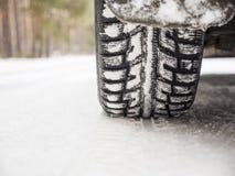 Neumáticos de coche en el camino del invierno Imagen de archivo