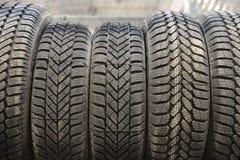 Neumáticos de coche en un almacén Foto de archivo libre de regalías