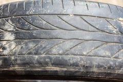 Neumáticos de coche llevados viejos Fotos de archivo