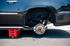 Neumáticos de coche robados Imágenes de archivo libres de regalías