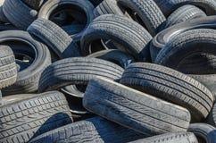 Neumáticos de coche viejos Imagenes de archivo