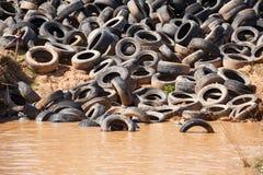 Neumáticos de coche viejos descargados Fotos de archivo