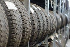 Neumáticos de coche viejos usados. Fotos de archivo libres de regalías