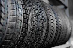 Neumáticos de coche viejos usados en el almacén Imagenes de archivo