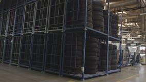 Neumáticos de goma en estantes en producir el territorio del taller almacen de video