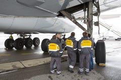 Neumáticos de los trabajadores del aeroplano de Lufthansa Airbus A380 Fotos de archivo