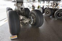 Neumáticos de los trabajadores del aeroplano de Lufthansa Airbus A380 Imagen de archivo