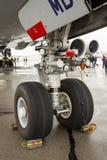 Neumáticos de los trabajadores del aeroplano de Lufthansa Airbus A380 Foto de archivo