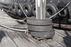 Neumáticos de parachoques en la gabarra fotos de archivo