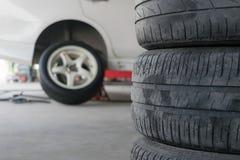 Neumáticos del cambio del neumático de coche Imagenes de archivo