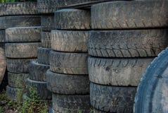 Neumáticos del camión apilados afuera fotografía de archivo libre de regalías