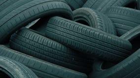 Neumáticos desechados en una descarga metrajes