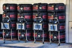 Neumáticos F1 en mantas en los hoyos Imagen de archivo libre de regalías