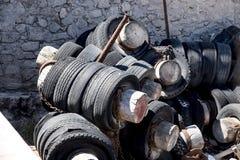 neumáticos gastados apilados y abandonados fotos de archivo