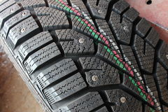 Neumáticos macros del invierno del coche del tiroteo Foto de archivo libre de regalías