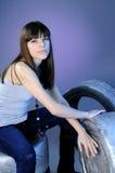 Neumáticos que intentan de la muchacha blanca Fotografía de archivo libre de regalías