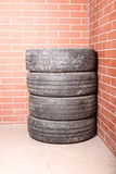 Neumáticos usados almacenados en el garaje Foto de archivo libre de regalías