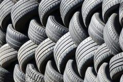 Neumáticos usados viejos que se alinean en una pila imagen de archivo libre de regalías