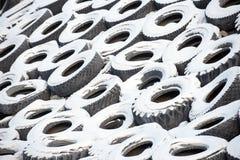 Neumáticos viejos del coche fotos de archivo libres de regalías