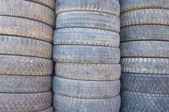 Neumáticos viejos empilados Foto de archivo