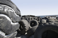Neumáticos viejos en el reciclaje del centro Foto de archivo libre de regalías