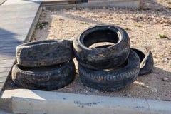 Neumáticos viejos en la tierra Fotografía de archivo