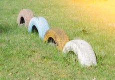 Neumáticos viejos en un patio Fotografía de archivo