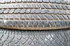 Neumáticos viejos y cansar textura del detalle de la pisada foto de archivo