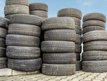 Neumáticos viejos y gastados Fotos de archivo