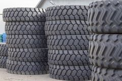 Neum?ticos de goma grandes para los camiones que mienten en la calle Muchos neumáticos del primer con una pisada grande están min fotos de archivo
