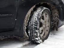 Neumático de coche sucio con nieve Foto de archivo libre de regalías