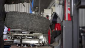 Neumático del soporte del hombre en borde de la rueda almacen de video