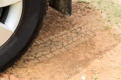 Neumático del tracción cuatro ruedas con las pistas en el camino de tierra seco Foto de archivo libre de regalías