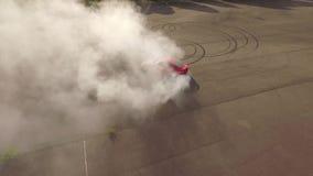 Neumáticos ardientes del coche rojo almacen de metraje de vídeo
