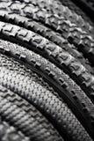 Neumáticos de la bicicleta de diversos protectores Imagen de archivo