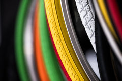 Neumáticos de la bicicleta de diversos protectores Fotografía de archivo