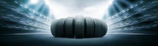 Neumáticos del vehículo en la arena de la pista Fotos de archivo libres de regalías
