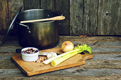 Neun Bohnensuppebestandteile auf Holz. Stockfotos