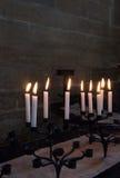 Neun Kerzen, die in der Kapelle begraben Lizenzfreies Stockbild