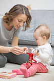 Neun Monate alte Baby, die mit ihrer Mutter spielen Lizenzfreie Stockbilder