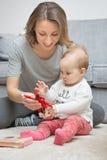 Neun Monate alte Baby, die mit ihrer Mutter spielen Stockfotografie