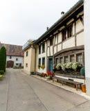 Neunkirch, SH/Zwitserland - November 10, 2018: historisch dorp van Neunkirch in Klettgau met details van typische archite stock foto's