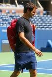 Neunzehn Zeiten Grand Slam-Meister Roger Federer Schweiz übt für US Open 2017 lizenzfreies stockbild