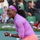 Neunzehn Zeiten Grand Slam-Meister Serena Willams in der Aktion während des dritten Rundenmatches bei Roland Garros 2015 Stockfoto