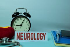 Neurologie-Planung auf Hintergrund der Funktions-Tabelle mit Büroartikel lizenzfreies stockbild