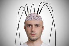 Neurologie- und Gehirnforschungskonzept Junger Mann hat Kabel und Elektroden in seinem Gehirn lizenzfreie stockbilder
