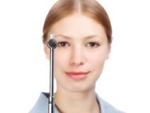 Neurologista de sorriso da mulher na blusa do ` s do doutor com martelo reflexo Foto de Stock