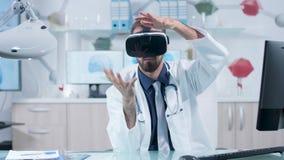 Neurologo che indossa gli occhiali di protezione di VR che imparano circa il cervello nello spazio 3D video d archivio